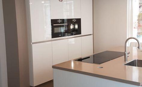 Hoogglans witte keuken op maat gemaakt