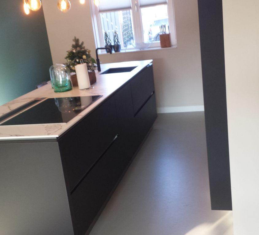 Moderne keuken met houten panelen